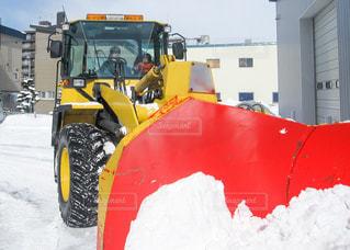 雪の中に座っているトラックの写真・画像素材[3518739]