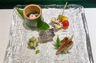 食べ物の皿をテーブルの上に置くの写真・画像素材[3557786]