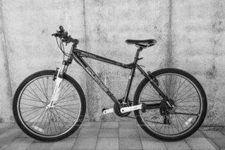 建物の脇に駐車している自転車の写真・画像素材[3650662]