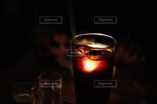 暗い部屋でワインの写真・画像素材[733473]