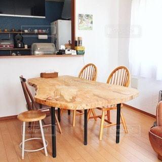 ダイニングルームのテーブルの写真・画像素材[3353905]