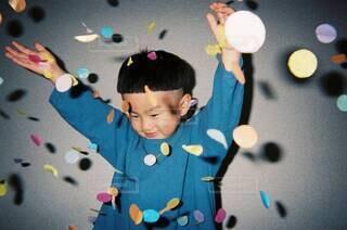 ヒラヒラを楽しむ男の子の写真・画像素材[3842565]