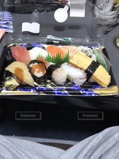 スーパーの半額お寿司の写真・画像素材[3355314]