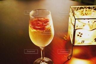 スパークリングワインに苺を乗せての写真・画像素材[3370056]
