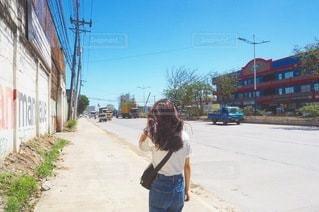通りを歩いている小さな女の子の写真・画像素材[3355871]