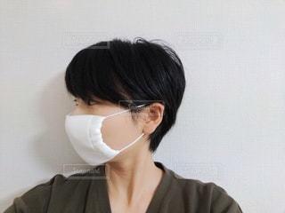 アベノマスクをして横を見ている人の写真・画像素材[3402153]