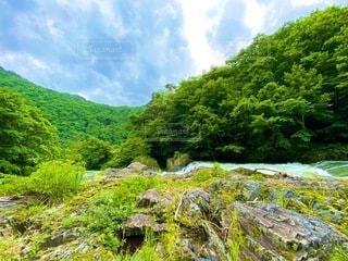 緑豊かな丘の中腹の近くの写真・画像素材[3430887]