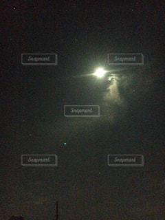 夜空の真ん中にある星の写真・画像素材[742468]