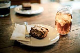 美味しいスコーンと冷たい紅茶の写真・画像素材[3650893]