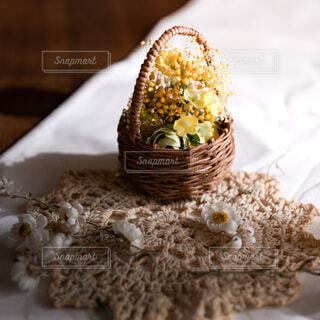 花かごの雑感とドライフラワーとレースの編み物の写真・画像素材[3650978]