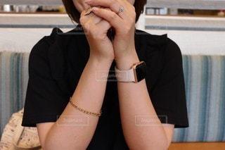 携帯電話で話している椅子に座っている女性の写真・画像素材[3373891]