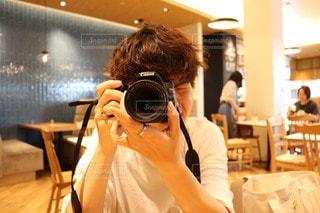 テーブルに座っている男の写真・画像素材[3377111]