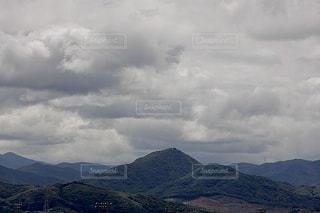 背景に大きな山の写真・画像素材[3370435]