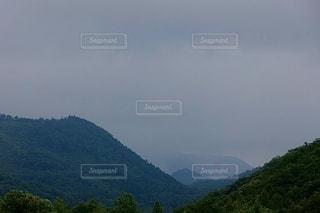背景に山のある大きな水域の写真・画像素材[3371377]