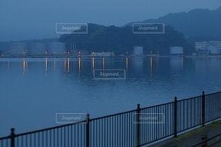 水の体に架かる橋の写真・画像素材[3586015]