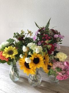 テーブルの上の花瓶に花束の写真・画像素材[3387027]