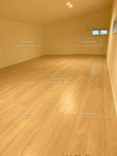 木製の床のある部屋の写真・画像素材[3382811]