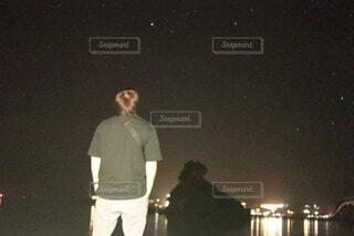 夜空にたそがれる男の写真・画像素材[4771631]