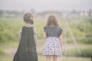 野原に立っている小さな女の子の写真・画像素材[3439163]
