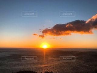 水の体に沈む夕日の写真・画像素材[3381761]