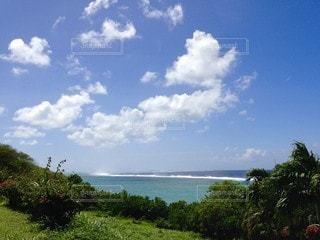 南の島の青い空、青い海、白い雲の写真・画像素材[3398818]