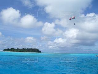 南の島でパラセーリングの写真・画像素材[3413868]