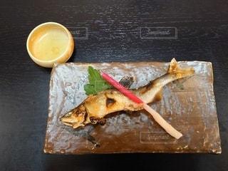 渋い陶器にのった鮎の塩焼きとはじかみの写真・画像素材[3480902]