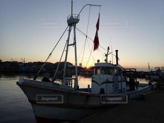 朝日と港に停泊する漁船の写真・画像素材[3641432]