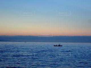 早朝、穏やかな瀬戸内海に浮かぶ漁船の写真・画像素材[3641451]