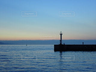 早朝の穏やかな海と灯台の写真・画像素材[3641460]