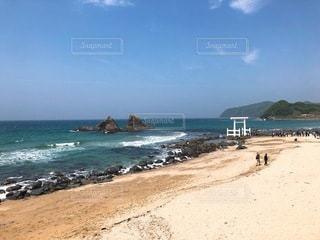 海に浮かぶ鳥居と夫婦岩の写真・画像素材[3380334]