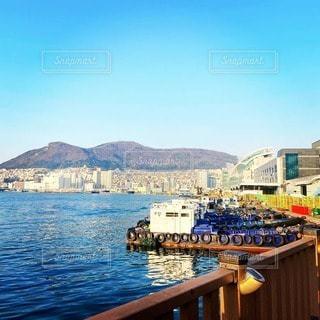 水の体の木造船の写真・画像素材[3381100]