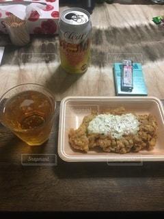 食べ物の皿をテーブルの上に置くの写真・画像素材[3390030]