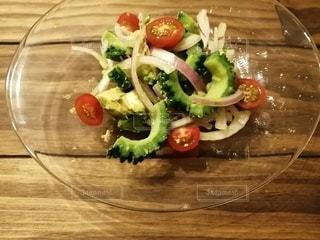 夏らしいゴーヤとトマトのサラダの写真・画像素材[3385830]