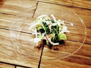 木製のテーブルの上に食べ物の皿の写真・画像素材[3386072]