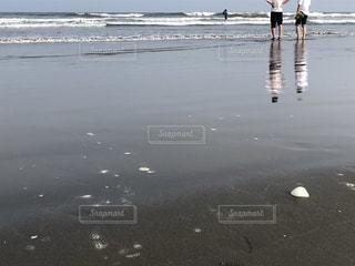 水の体の隣に立っている人の写真・画像素材[3535218]