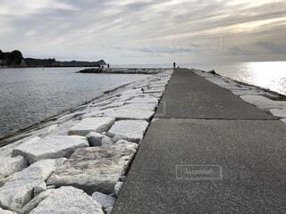 朝の海辺の風景の写真・画像素材[4082834]