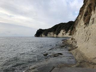 背景に山のある水の体の写真・画像素材[4082835]