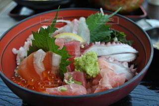 皿の上に食べ物のボウルの写真・画像素材[3421381]