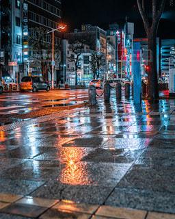 雨の夜に傘を閉じるの写真・画像素材[3396595]