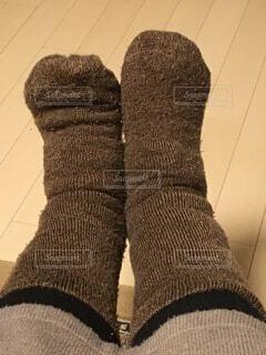 厚手の靴下を履いた両足の写真・画像素材[4093168]