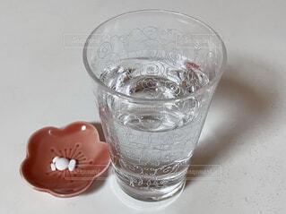 飲み薬とコップに入った水の写真・画像素材[4196631]