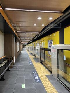 地下鉄のプラットフォームと黄色い電車の写真・画像素材[4213036]