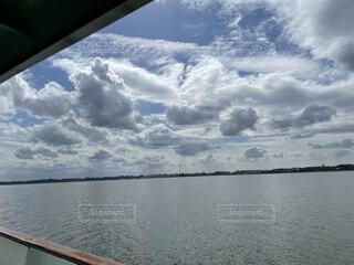湖上空に沢山白い雲がもくもく浮いているの写真・画像素材[4285541]