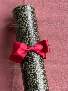 卒業証書丸筒に赤いリボンが付いているの写真・画像素材[4304923]