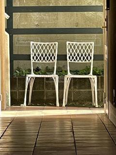 建物の前に座っている椅子の写真・画像素材[4902982]