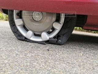 道路の脇に駐車している車の写真・画像素材[3399985]
