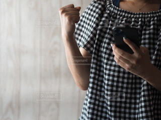 携帯電話を持っている人の写真・画像素材[3589632]
