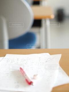 計算用紙と机の写真・画像素材[3691480]