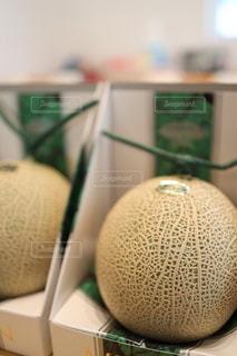テーブルの上に座っている果物のボウルの写真・画像素材[3407836]
